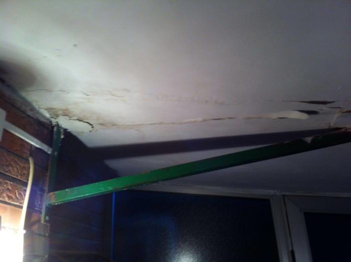reparando techo de vivienda